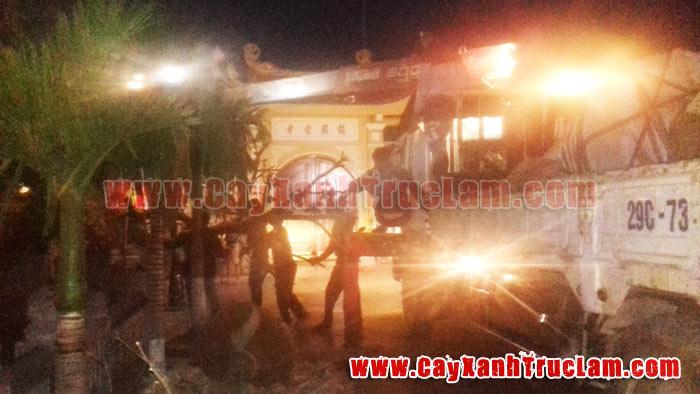 Xe cẩu của Trúc Lâm đang hạ cây xanh trước cổng chùa Trần Quốc